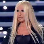 Sanremo 2016 – Donatella Versace perde i pezzi sul palco dell'Ariston