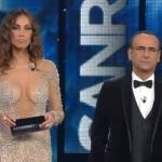 Sanremo 2016 – Madalina, abito troppo hot, cerca di coprirsi con i bigliettini
