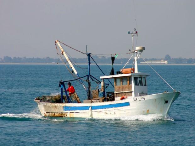 Nave francese rischia di affondare un peschereccio italiano, ancora confini contesi
