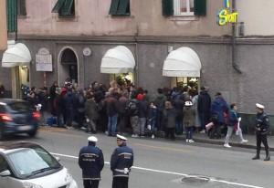 Folla in via Reta a Bolzaneto per Pavoletti