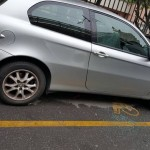Raid contro le auto parcheggiate a Certosa, danneggiato anche un disabile