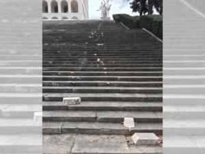 La scalinata vandalizzata