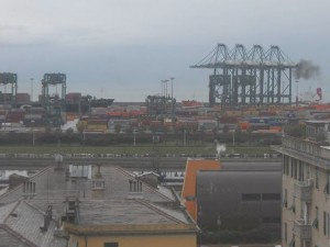 Genova - Vento forte blocca il Porto di Prà-Voltri, Tir incolonnati in autostrada