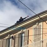 Sanremo – Anziano sale su un tetto e minaccia di suicidarsi vicino all'Ariston