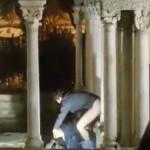 Sesso all'aria aperta nel chiostro della Casa di Colombo a Genova