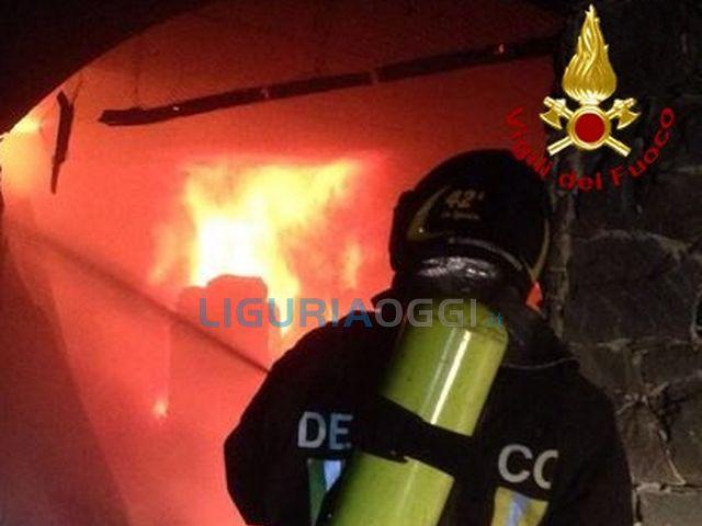 Gonfiabili di Punta Vagno in fiamme nella notte