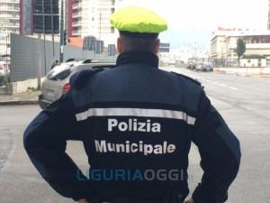 Sampierdarena - Tir scontra auto in sosta e fugge, la polizia municipale lo identifica