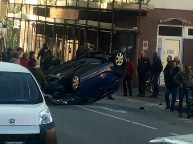 Incidente stradale a Bolzaneto, auto ribaltata in via Pastorino