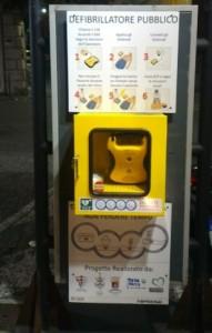 Nella foto, il defibrillatore di Piazza Pittaluga