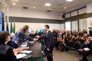 Nella foto, l'assessore Cavo stringe la mano ad uno dei laureati