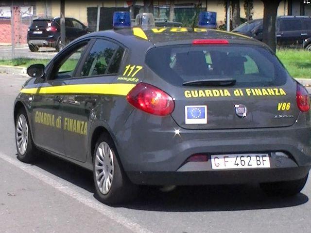 Genova - Cassonetti in fiamme in via del Commercio a Nervi