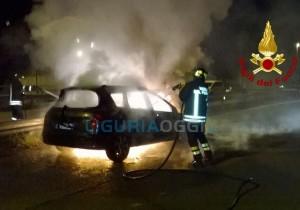 Auto in fiamme a La Spezia