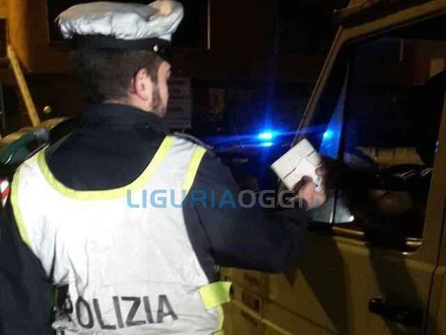 Tenta di corrompere la polizia stradale per una multa, denunciato