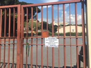 cancello chiuso alle Piscine di Albaro