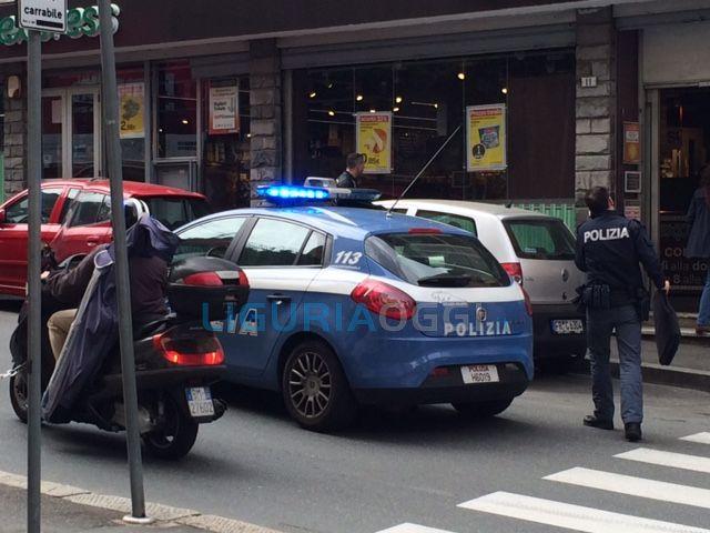 Marassi – Entra armato nel Supermercato di piazza Guicciardini – VIDEO