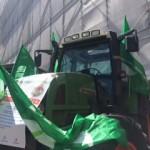 Trattori in piazza De Ferrari a Genova, agricoltori in rivolta