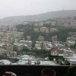 Una vista dall'alto di Genova imbiancata dalla grandine