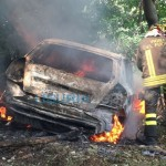 San Fruttuoso – Auto in fiamme in via del Monte – VIDEO