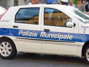 Vado Ligure, incidente e auto ribaltata in via Armando Diaz