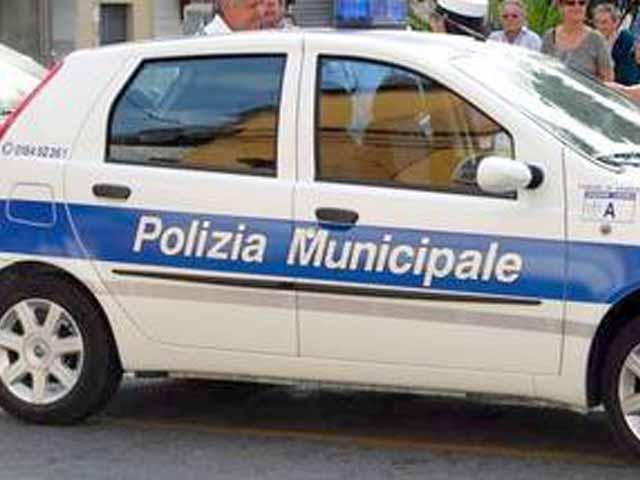 Genova San Fruttuoso, ex poliziotto minaccia ex moglie e aggredisce agenti