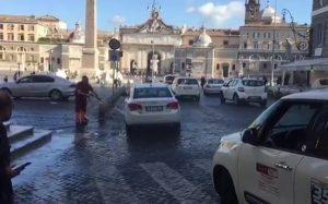 Il netturbino lava il taxi, multato