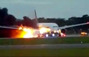 Aereo Singapore Airlines in fiamme