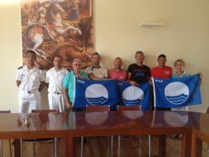 Nella foto, l'assessore Lapucci, alcuni balneatori e la Capitaneria di Porto