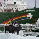 """Greenpeace, Einaudi suona il pianoforte tra i ghiacci. """"Uomo deve proteggere l'Artico"""" – VIDEO"""