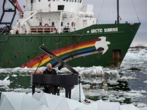 Nella foto, Einaudi suona il pianoforte tra i ghiacci delle Isole Svalbard