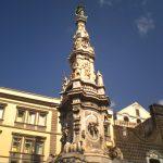Napoli, si arrampica sull'obelisco ma precipita: morto 23enne