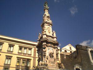 Si arrampica sull'obelisco ma scivola e muore