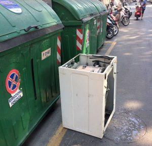 rifiuti ingombranti abbandonati per strada