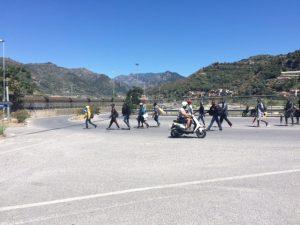 I migranti iniziano a spostarsi a piedi verso il nuovo campo nel parco della Roja