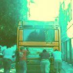 Genova – Autobus si guasta e i passeggeri lo spingono