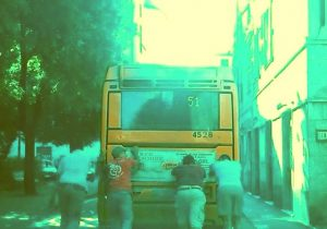 Autobus spinto dai passeggeri a Sestri Ponente