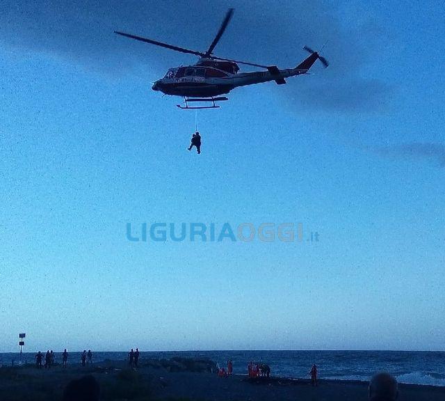 Monterosso, precipita sulla spiaggia di Fegina mentre fa parapendio. Grave un 50enne