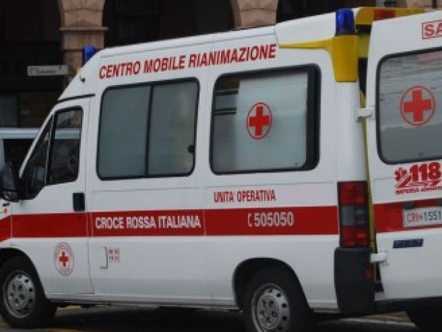 Sanremo - Ambulanza colpita da lancio di piatti mentre soccorre una persona