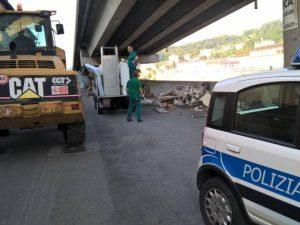 Gli operai di Amiu mentre intervengono lungo via Argine Polcevera