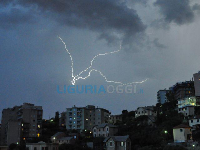 Genova - Forte temporale sulla città, vento forte e scarica di fulmini