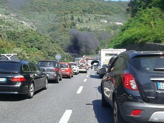Genova - Autostrada A10 nel caos per incidente tra bivio A7 e Pegli in direzione Savona