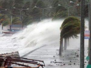 Un violento tifone si sta abbattendo su Taiwan