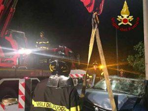 I Vigili del Fuoco recuperano l'auto finita nel burrone