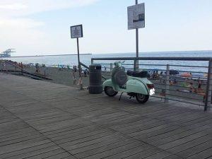 in scooter sulla passeggiata pedonale