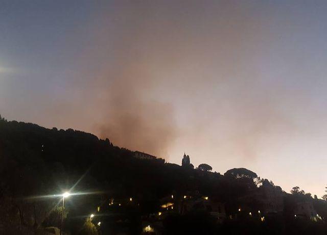 Incendio tra Monte Fasce e Cordona, evacuate famiglie a Sessarego