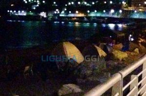 tende sulla spiaggia di Voltri