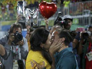 il bacio dopo la premiazione