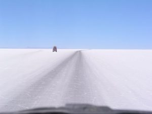 Una strada del Salar de Uyuni, in Bolivia