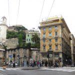 Genova, olio per strada in Piazza Portello. Bonifica in corso