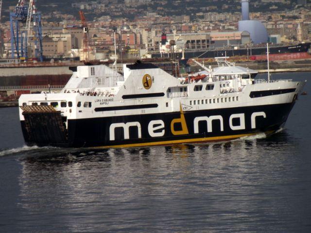 Genova - Strappa cellulare di mano ad un passante e scappa