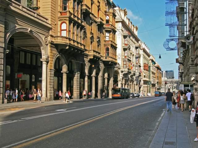 Genova, uomo si ferisce le braccia e chiede aiuto in via XX Settembre
